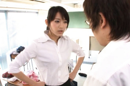 Shou Nishino kisses one of her students :: JpTeacher.